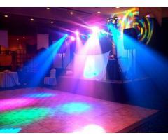 Servicio de karaoke y luz y sonido.